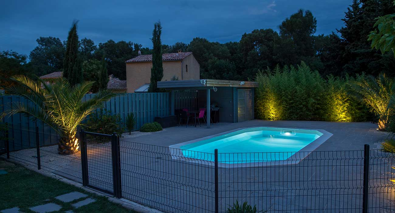 Eclairage terrasse bois piscine id es de for Lumiere terrasse led